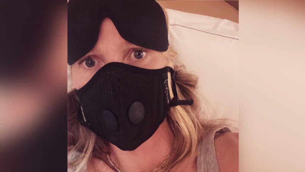 Gwyneth Paltrow se cuida del coronavirus en su viaje a París.
