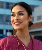 Miss englaterra se pone la bata medica ante coronavirus