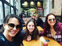 Natasha Klauss y sus hijas 2020