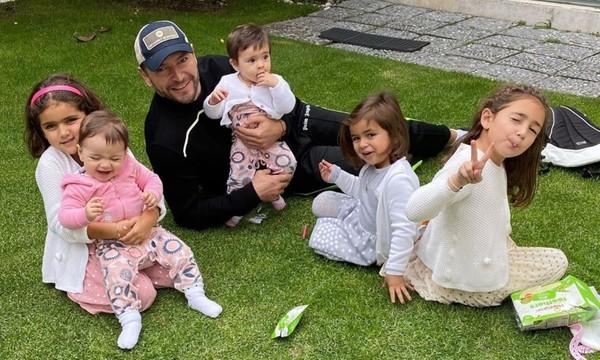 Martín Fuentes y sus hijas con Jacky Bracamontes